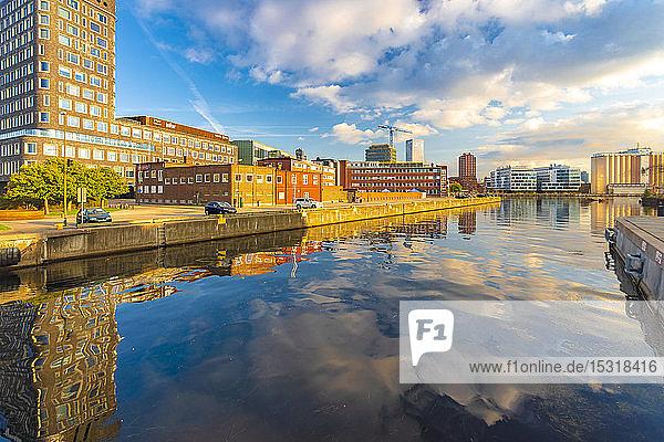 Gebäude  die sich im Kanal am Oeresund in der Stadt gegen den Himmel spiegeln