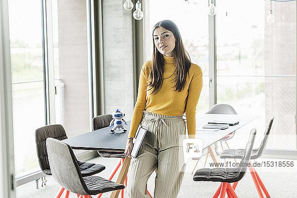 Porträt einer selbstbewussten jungen Geschäftsfrau im Amt