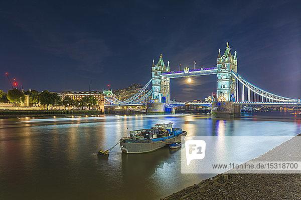 Skyline der Londoner Stadt mit Tower Bridge und Themse  London  Großbritannien