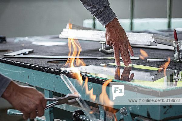 Verglasung  Glaser bei der Arbeit  Brennschneiden von Glas Verglasung, Glaser bei der Arbeit, Brennschneiden von Glas
