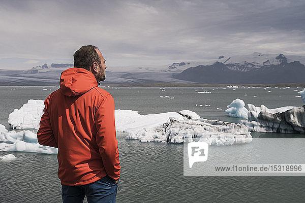 Ein erwachsener Mann beobachtet den Vatnajokull-Gletscher  Island