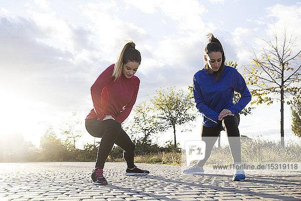 Frauen  die sich im Park die Beine vertreten