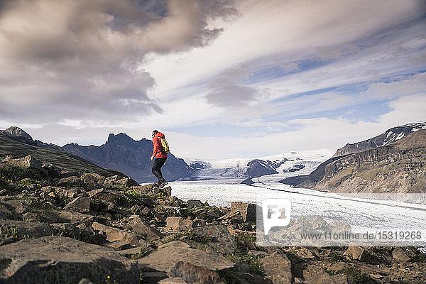 Wandern eines erwachsenen Mannes im Skaftafell-Nationalpark am Vatnajokull-Gletscher  Island