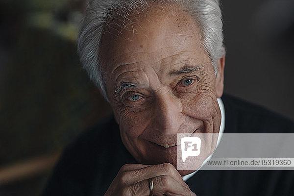 Porträt eines lächelnden älteren Mannes