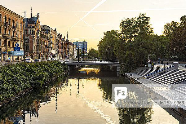 Häuser von Sodra Forstadskanalen in der Stadt bei Sonnenuntergang