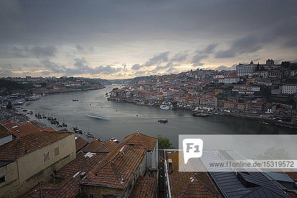 Blick über Porto und den Fluss Douro in der Abenddämmerung  Portugal