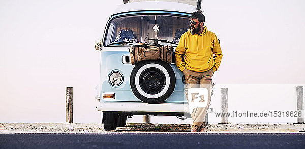 Erwachsener Mann steht auf Lieferwagen  Fuerteventura