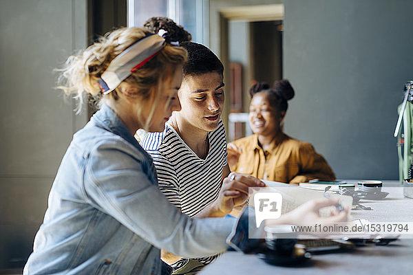 Schülerinnen und Schüler treffen sich im Café  lernen gemeinsam  mit Laptop und Smartphones Schülerinnen und Schüler treffen sich im Café, lernen gemeinsam, mit Laptop und Smartphones