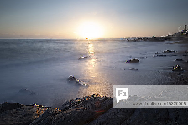 Blick auf den Strand bei Sonnenuntergang  Matosinhos  Porto  Portugal
