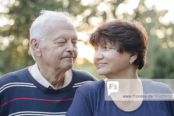 Porträt eines älteren Ehepaares  das sich anschaut