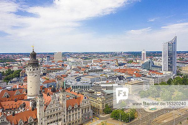 Hochwinkelansicht des Neuen Rathauses in der Stadt Leipzig gegen bewölkten Himmel