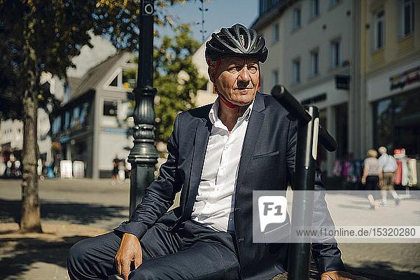 Älterer Mann mit E-Scooter in der Stadt