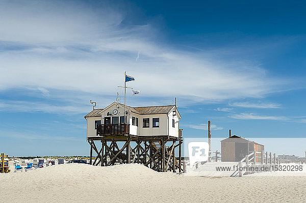 Deutschland  Schleswig-Holstein  Sankt Peter-Ording  Strand mit Stelzenhäusern