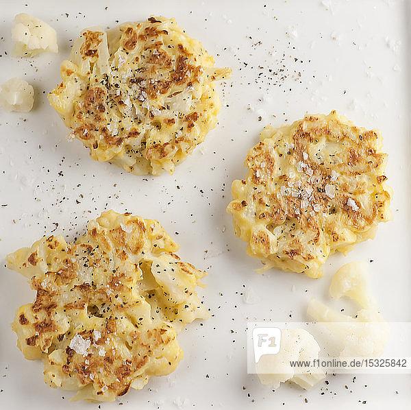 Blumenkohl-Fritter mit Salzflocken