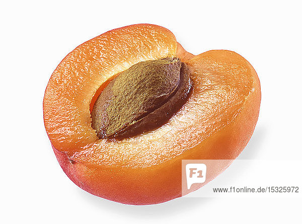 Eine halbierte Aprikose auf weißem Hintergrund