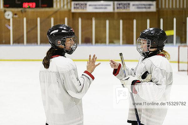 Mädchen auf der Eisbahn beim Eishockeytraining