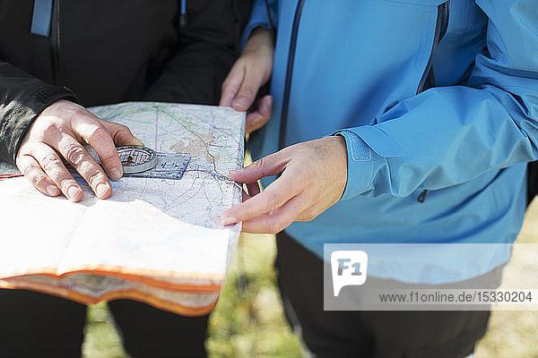 Frauen benutzen Kompass und Karte