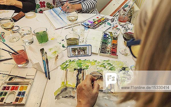 Frauen malen mit Aquarellfarben