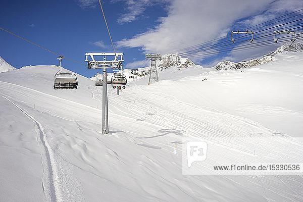 Skilift über Schnee