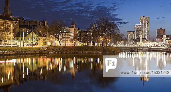 Beleuchtete Gebäude bei Nacht in Malmö  Schweden