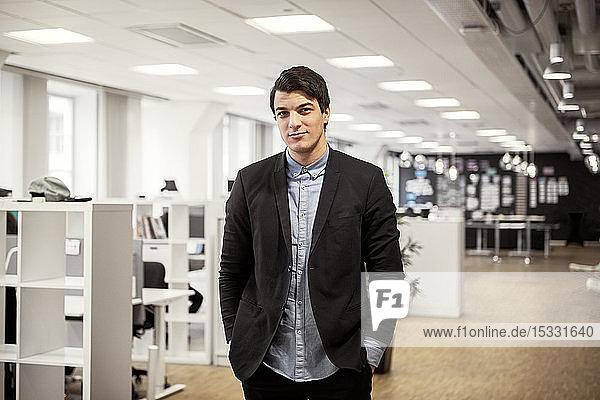 Porträt eines jungen Mannes im Büro