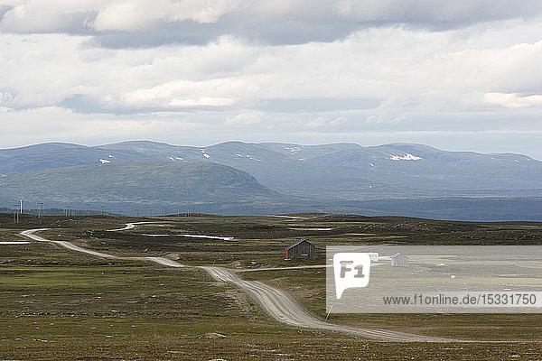 Landstraße und der Berg Flatruet in Harjedalen  Schweden