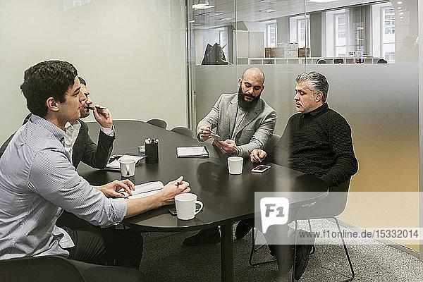 Männer während eines Geschäftstreffens