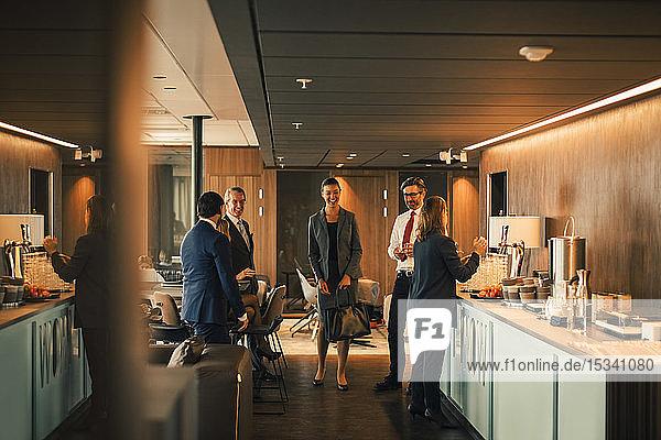 Finanzberater im Gespräch während der Kaffeepause in der Cafeteria der Anwaltskanzlei