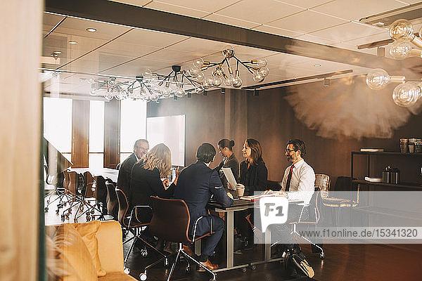 Rechtsanwälte und Rechtsanwältinnen planen Treffen im Büro