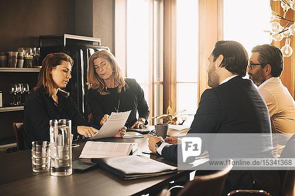 Rechtsanwälte diskutieren über Beweise bei Treffen im Büro