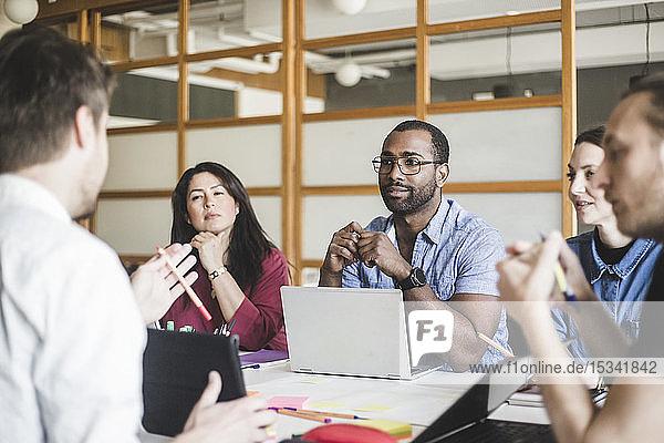 Brainstorming männlicher und weiblicher Mitarbeiter bei Treffen im Kreativbüro