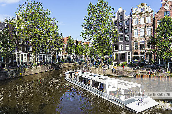 A tourist boat on Brouwersgracht  Amsterdam  North Holland  The Netherlands  Europe