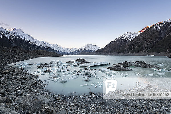 Hooker Glacier Lake  Mount Cook (Aoraki)  Hooker Valley Trail  UNESCO World Heritage Site  South Island  New Zealand  Pacific