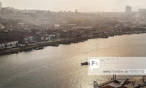 Portweinkellereien am Douro-Fluss  Porto  Portugal