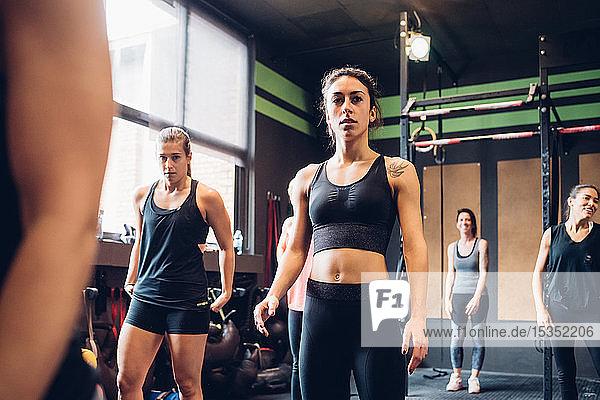 Gruppe von Frauen  die im Fitnessstudio trainieren  Porträt