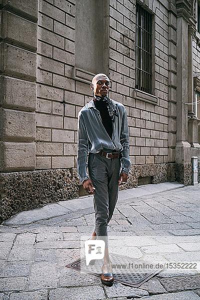 Stilvoller Mann steht an einem historischen Gebäude  Mailand  Italien