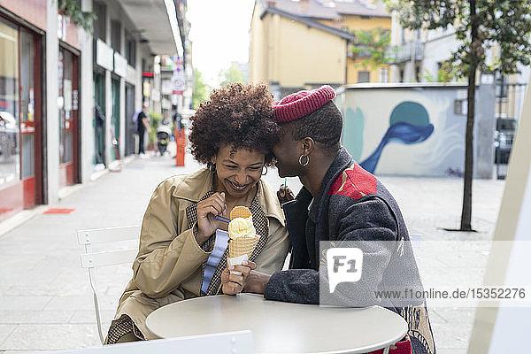 Ehepaar genießt Eis im Straßencafé  Mailand  Italien