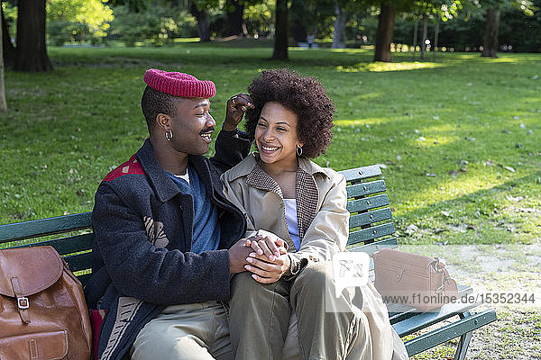 Liebespaar hält sich auf Parkbank an den Händen  Mailand  Italien
