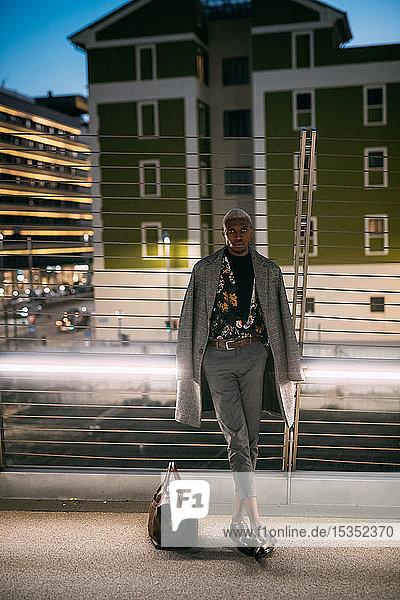 Stilvoller Mann lehnt an Brückengeländer  Mailand  Italien