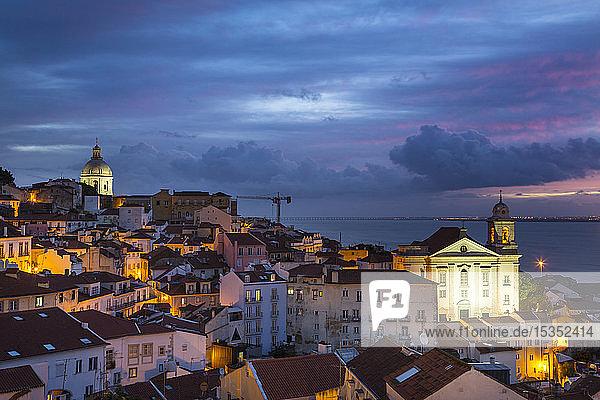 Alfama-Viertel bei Nacht  Lissabon  Portugal