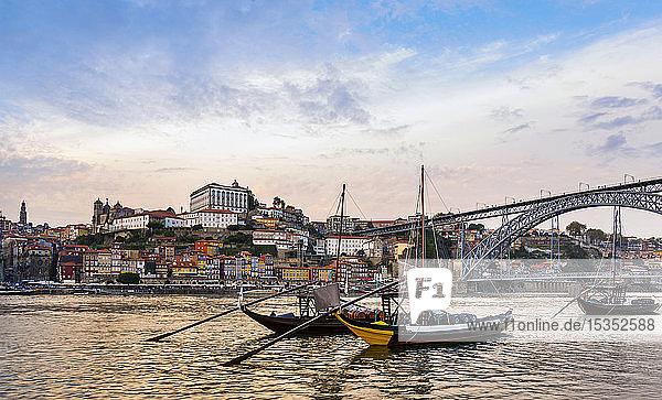 Traditionelle portugiesische Holzfrachtschiffe für den Transport von Portwein auf dem Fluss Douro  Porto  Portugal