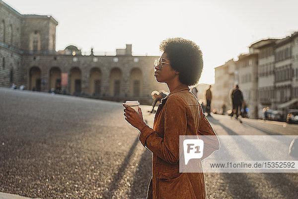 Junge Frau mit Afrofrisur erkundet Stadt  Florenz  Toskana  Italien