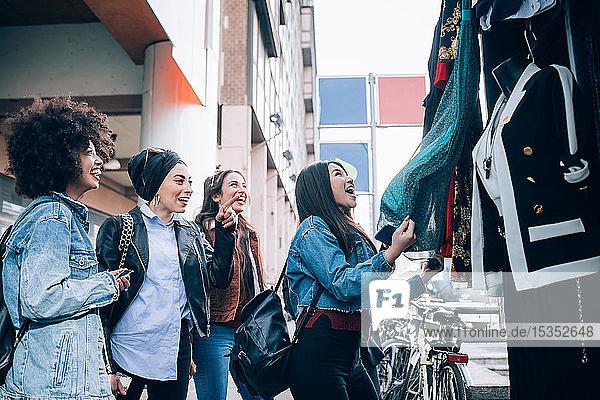 Freunde bewundern Kleider am Straßenstand  Mailand  Italien