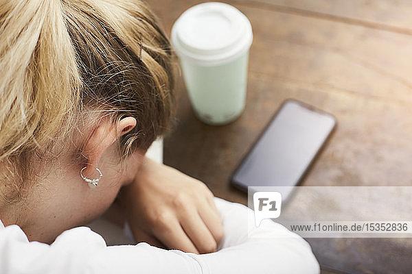 Frau ruht sich in Kaffeepause aus