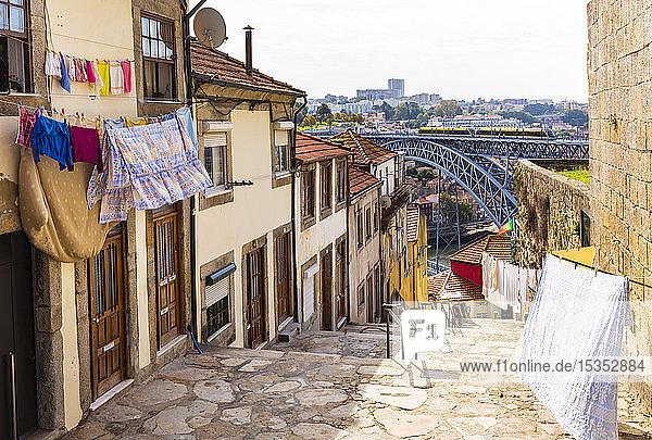 Wäscheleinen vor dem GebÃ?ude  Ponte Dom LuÃs I im Hintergrund  Porto  Portugal