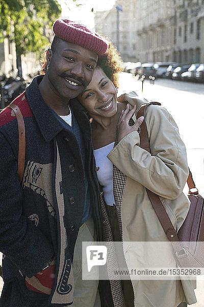 Porträt eines liebenden Paares auf der Straße  Mailand  Italien
