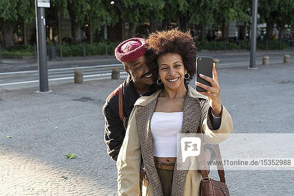 Paar  das auf der Straße Selbsthilfe nimmt  Mailand  Italien