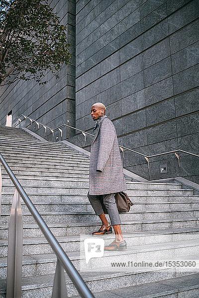 Stilvoller Mann geht die Treppe hinauf  Mailand  Italien