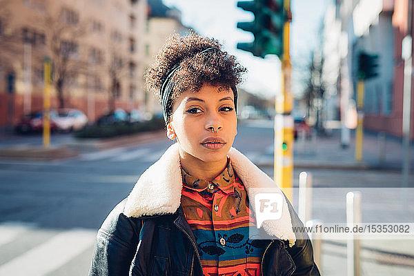 Coole junge Frau mit gepiercter Nase auf Stadtstraße  Porträt