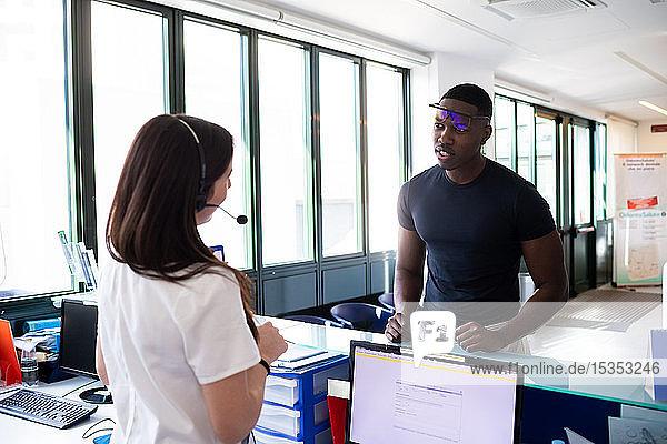 Krankenschwester spricht mit dem Patienten am Krankenhausempfang
